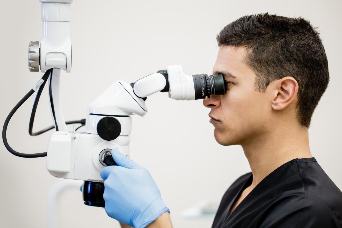結像レンズを使用した歯科用顕微鏡の画像
